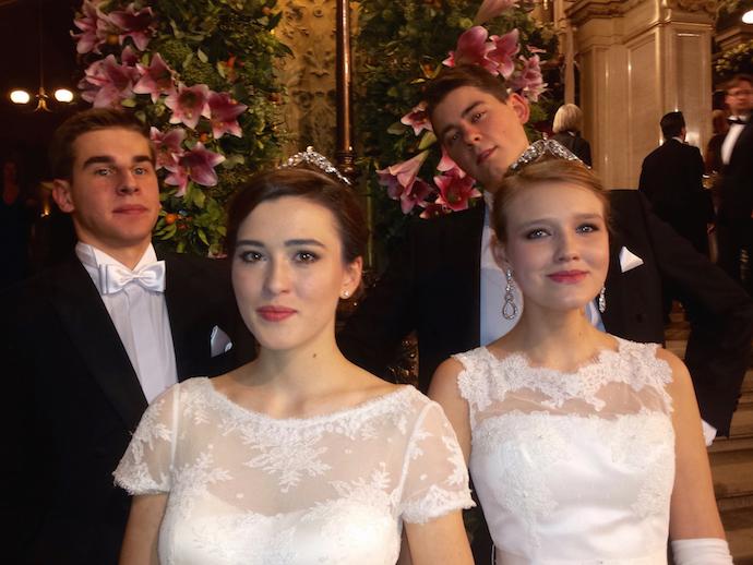 """Bal Państwowej Opery Wiedeńskiej 2015 – Dwie pary z programu """"Debiutantki"""", tak jak w ubiegłym roku, zatańczyły na otwarciu balu nad balami"""